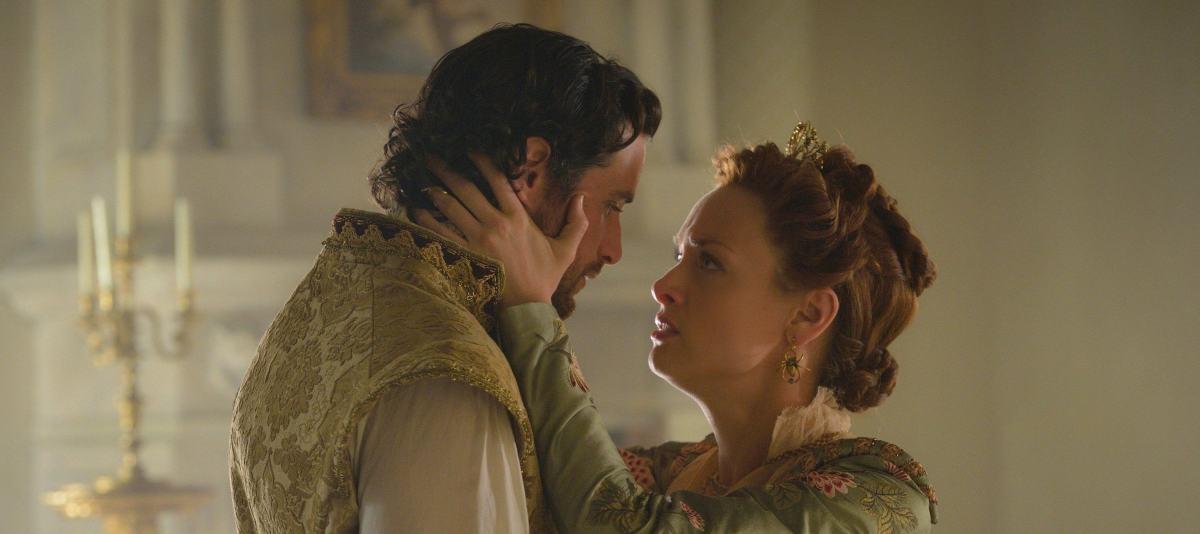 Charlie Carrick dit que les choses doivent changer entre Dudley et la reine Elizabeth dans Reign